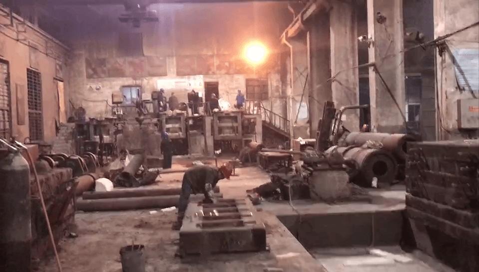 夜已很深了,江苏江河机械生产车间依旧一片繁忙景象